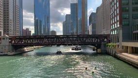 El río Chicago activo durante la primavera con los kajaks, el taxi del agua, y los barcos del viaje almacen de video