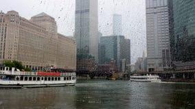 El río Chicago bajo la lluvia imagenes de archivo
