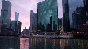 El río Chicago Chicago céntrica Amanecer, salida del sol, mañana Paisaje urbano urbano almacen de metraje de vídeo