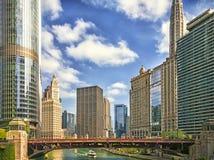 El río Chicago en la avenida de Wabash en Chicago, los E.E.U.U. Paisaje urbano moderno imágenes de archivo libres de regalías