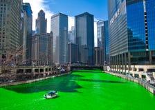 El río Chicago es verde teñido para el día del ` s de St Patrick pues las muchedumbres rodean el sitio para una visión y celebrar imagen de archivo