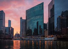 El río Chicago Salida del sol, mañana Chicago céntrica, los E.E.U.U. foto de archivo
