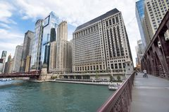 El río Chicago septentrional Riverwalk en la rama del norte el río Chicago i fotos de archivo
