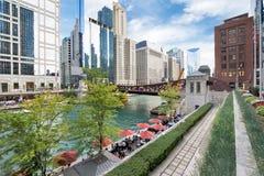 El río Chicago septentrional Riverwalk en la rama del norte el río Chicago i imagen de archivo