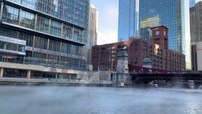El río Chicago tiene vapor que sube para arriba de él mientras que las temperaturas hunden en la mañana frígida de enero almacen de video
