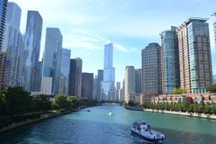 El río Chicago y el horizonte céntrico los E.E.U.U. de Chicago imagen de archivo