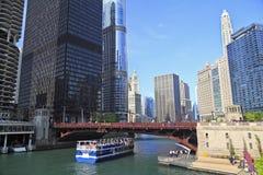 El río Chicago y horizonte, Illinois foto de archivo