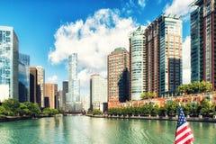 El río Chicago y skyscrappers Imágenes de archivo libres de regalías