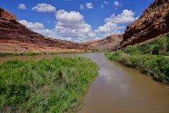 El río Colorado con el barranco el día soleado en Moab, Utah Foto de archivo