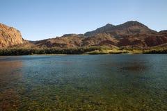 El río Colorado y los acantilados bermellones en Arizona Fotos de archivo