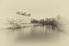 El río con el edificio escandinavo en lado izquierdo y lado derecho es parque Fotografía de archivo libre de regalías