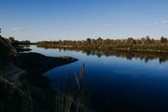 El río con una corriente reservada y las nubes reflejaron en ella, Soz, Gomel, Bielorrusia Imágenes de archivo libres de regalías