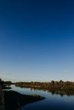 El río con una corriente reservada y las nubes reflejaron en ella, Soz, Gomel, Bielorrusia Foto de archivo libre de regalías