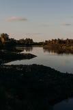 El río con una corriente reservada y las nubes reflejaron en ella, Soz, Gomel, Bielorrusia Fotos de archivo libres de regalías