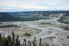 El río Copper que serpentea en un valle cerca de chitina Fotografía de archivo libre de regalías