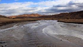 El río corre a través del prado de Ulan Buh Imagen de archivo libre de regalías