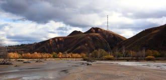 El río corre a través del prado de Ulan Buh Fotos de archivo libres de regalías