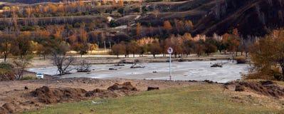 El río corre a través del prado de Ulan Buh Fotos de archivo