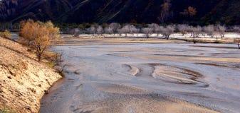El río corre a través del prado de Ulan Buh Foto de archivo libre de regalías