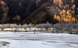 El río corre a través del prado de Ulan Buh Imagen de archivo