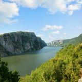 El río Danubio Cloudscape, Rumania y Serbia fotos de archivo