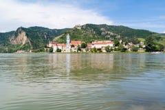 El río Danubio y Durnstein con la abadía y el castillo, Wachau, Austri Foto de archivo