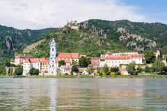 El río Danubio y Durnstein con la abadía y el castillo, Wachau, Austri Imágenes de archivo libres de regalías