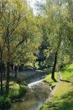 El río de Belokurikha que atraviesa el centro turístico del uno-nombre en el Altai Foto de archivo libre de regalías