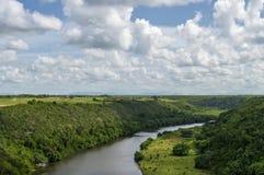 El río de Chavon, cauce del río, vegetación tropical, el cielo se cubre con las nubes en el fondo foto de archivo