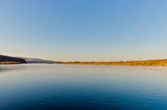 El río de Ergun en la última mañana del otoño Fotos de archivo libres de regalías