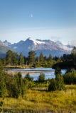 El río de Kenai dobla y tuerce manera abajo de las montañas Alaska Foto de archivo