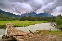 El río de la montaña. Imagen de archivo