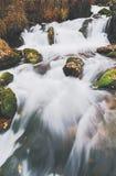 El río de la montaña con el agua potable. Fotografía de archivo