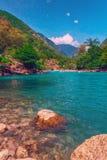 El río de la montaña lleva la agua fría limpia en el Mar Negro Fotos de archivo