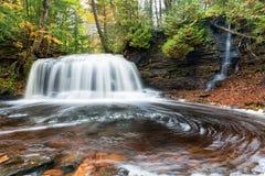El río de la roca cae en el otoño - península superior, Michigan Foto de archivo