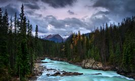 El río de la turquesa fluye hacia el oeste fotos de archivo libres de regalías