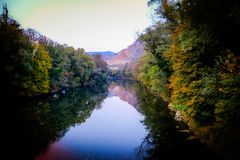 El río de las estaciones - otoño fotografía de archivo libre de regalías