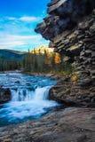 El río de las ovejas cae más allá de la cara de la roca Fotografía de archivo