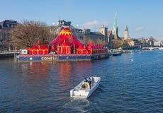 El río de Limmat en la ciudad de Zurich en invierno Imágenes de archivo libres de regalías