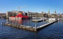 El río de Limmat en Zurich en invierno Imagenes de archivo