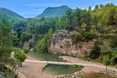 El río de los mijares en Montanejos entre las montañas Imágenes de archivo libres de regalías
