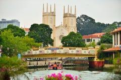 El río de Malaca y la iglesia de St Francis Xavier imágenes de archivo libres de regalías