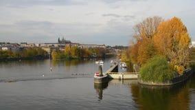 El río de Moldava en Praga en otoño almacen de metraje de vídeo