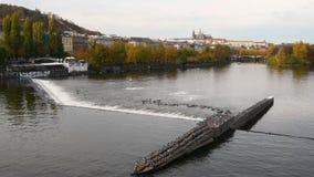 El río de Moldava en Praga en otoño almacen de video