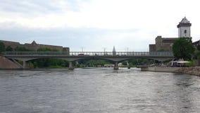 El río de Narva y el puente de la amistad, el día de la nube en agosto la frontera de Estonia y la Rusia almacen de video