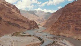 El río de Panj y las montañas de Pamir, Panj es parte superior del río Amu Darya Frontera de la visión panorámica, de Tayikistán  almacen de metraje de vídeo