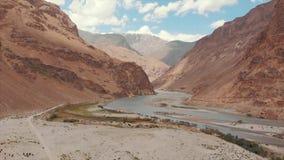 El río de Panj y las montañas de Pamir, Panj es parte superior del río Amu Darya Frontera de la visión panorámica, de Tayikistán  metrajes
