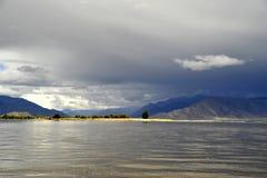 El río de Yarlung Zangbo [Yalu Tsangpo] Fotografía de archivo