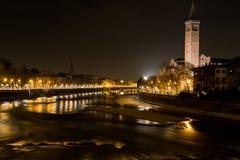 El río del Adigio que lleva a través de Verona Imagen de archivo libre de regalías