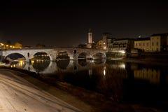 El río del Adigio que lleva a través de Verona Foto de archivo libre de regalías